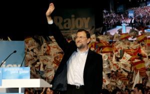 """Los discursos pudieron seguirse a través de tres pantallas de grandes dimensiones, una de ellas situada tras los oradores, en las que, entre cada intervención, lucía el lema """"Rajoy presidente"""", bajo el que se ha organizado este 1º acto de precampaña."""
