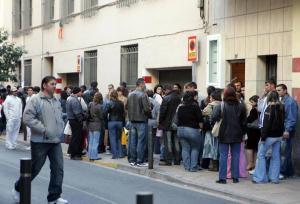 Siguen las colas de inmigrantes en Castellón.