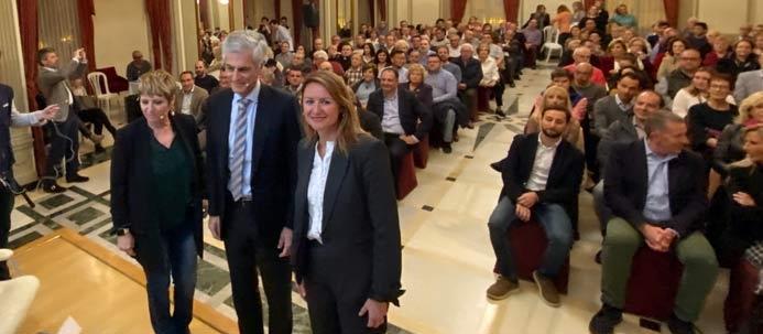 Adolfo Suárez junto a la secretaria provincial, Elena Ruíz-Vicente y la presidenta local del PPCS, Begoña Carrasco en el Real Casino Antiguo de Castellón.