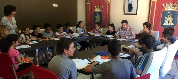 Alumnos de 3er. ciclo presentan al alcalde Ventura el estudio realizado.