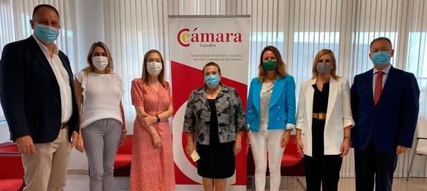 La vicesecretaria de Política Social, Ana Pastor, se entrevista junto a la presidenta del PPCS, Marta Barrachina, con la presidenta de la Cámara de Comercio, Lola Guillamón
