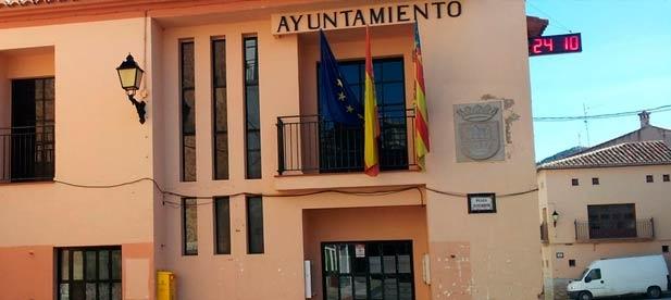 Soriano ha denunciado hoy que la Conselleria de Sanitat va a reducir a tres los días de asistencia médica en la localidad durante los meses de verano.