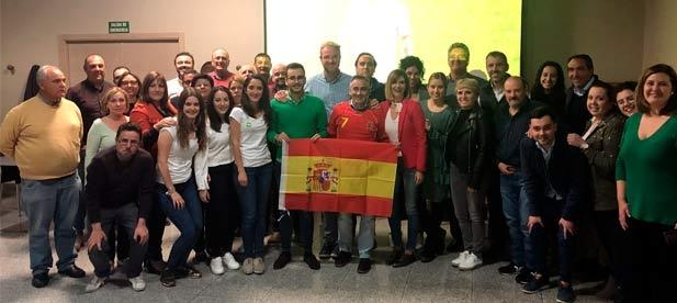 Los populares se reúnen para disfrutar del partido de fútbol España-Malta