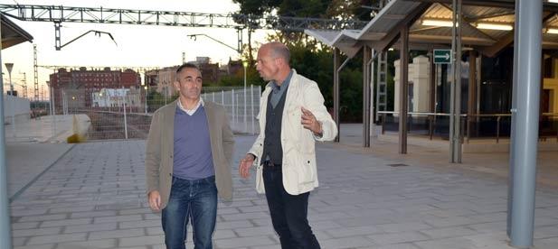 García ha visitado junto al presidente del PPCS, Miguel Barrachina, la infraestructura en la que el Ministerio de Fomento invertirá más de 820.000 euros para adecuar el aparcamiento de la estación de tren.