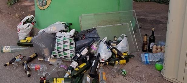 """La presencia de contenedores """"hasta los topes"""" en la urbanización 'El pantano', que ya denunció el Partido Popular esta misma semana, puede llegar a convertirse en un problema de orden público."""