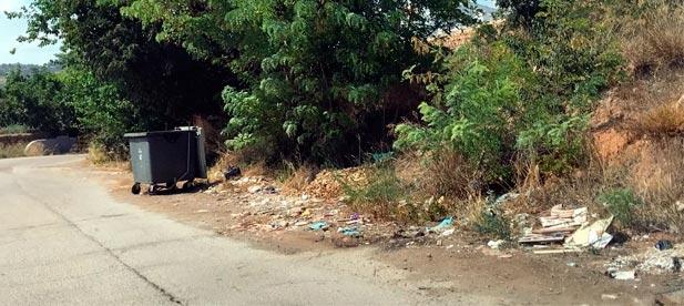 Bordonau (PP) ha denunciado hoy que hay sitios del pueblo donde la suciedad sigue exactamente en el mismo lugar que estaba la última vez que el PP lo reclamó.