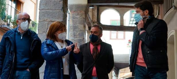 El presidente del PPCS, Miguel Barrachina, junto a la presidenta regional, Isabel Bonig, vistan Morella para apoyar al PP de la localidad y exigen la dimisión del alcalde socialista por mentir
