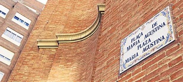 En la actualidad la denominación de las calles ya aparece en valenciano y en castellano, promocionando a ambas por igual