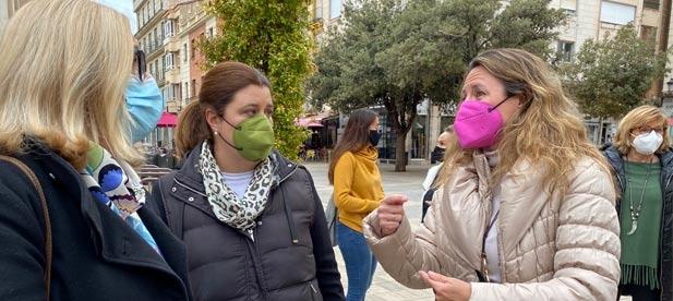 Carrasco junto a diferentes concejales del PP se han sumado a la protesta sonora organizada, una semana más por el comercio local