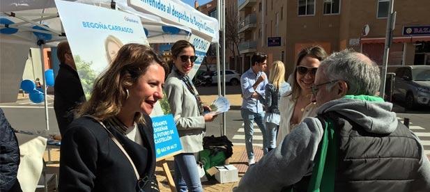 La candidata del PP a la alcaldía de Castellón lleva hasta el Distrito Oeste su despacho en la calle para escuchar las reivindicaciones de los vecinos del Raval Universitari y Crèmor, así como de los grupos Rosario o Reyes.