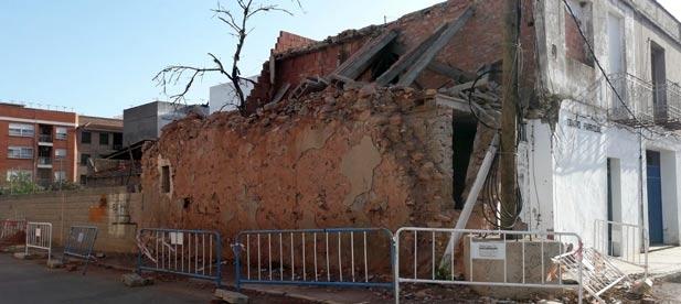 El inmueble de la calle Sant Carles de Nules sigue sin señalizarse con las debidas medidas de protección.