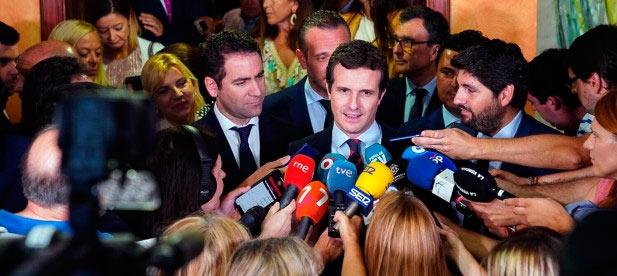 Pablo Casado atiende a los medios de comunicación tras el debate de investidura