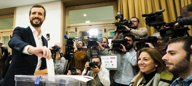 Pablo Casado ejerce su derecho a voto en las elecciones del 10 de noviembre.