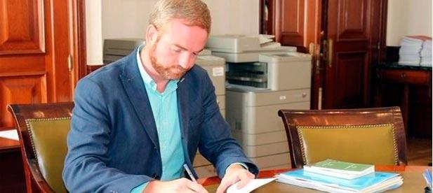 """El diputado del PPCS, Oscar Clavell ha pedido al PSOE """"responsabilidad"""" y que """"no apliquen políticas como la subida de impuestos que ya ha anunciado Pedro Sánchez"""""""