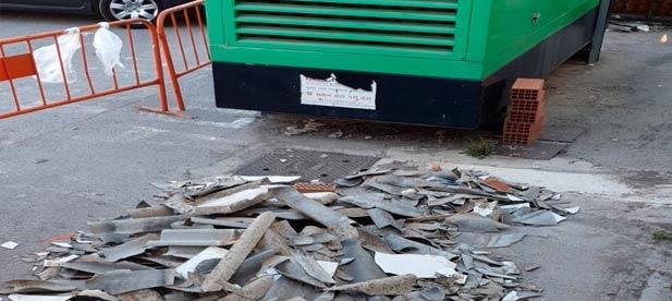 Carrasco se hace eco de la preocupación existente entre los vendedores y consumidores por las partículas tóxicas del material de Uralita de la cubierta, que sigue sin ser retirado.
