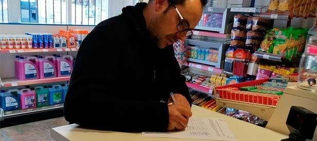 Empleado de la embotelladora firmando en contra de la privatización