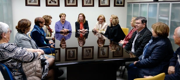Carrasco ha explicado su compromiso con la sanidad a la  Asociación de Enfermeras Jubiladas, que pasa por acabar con las listas de espera, ampliar horarios en los centros de salud para acabar con el colapso de las urgencias hospitalarias.