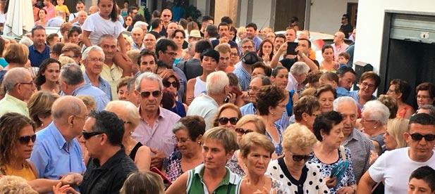 El alcalde del PSOE, Miguel López, ha sido el gran ausente en esta concentración en la que los vecinos han recogido firmas en contra de la imposición que pretende el Consell de Ximo Puig y Mónica Oltra