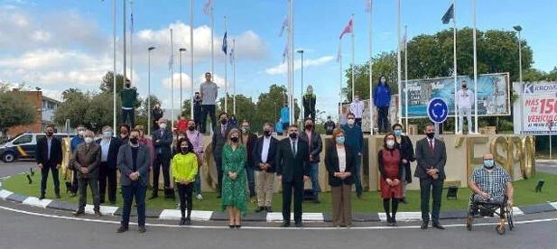 Como se observa en la foto que acompañó al acto, en la que se ve más gente posando que la propia rotonda