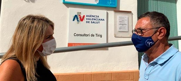"""La presidenta del PPCS, Marta Barrachina, se entrevista con el alcalde de Tírig, Juanjo Carreres, para reivindicar la cobertura """"que merecen quienes viven en el interior"""""""