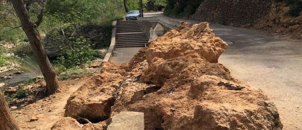 El acceso al Salto de la Novia continúa en mal estado después de que en septiembre de 2015 un desprendimientos de tierras cortara el vial de entrada al paraje de Navajas.