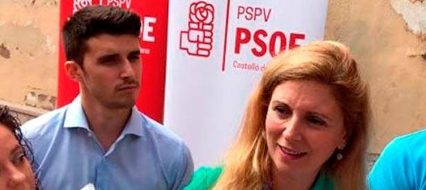 El concejal socialista Jorge Ribes (detrás de Amparo Marco) resultó ser beneficiario de una tarjeta gratuita para viajar en transporte público, gracias a una campaña promovida desde su misma concejalía.