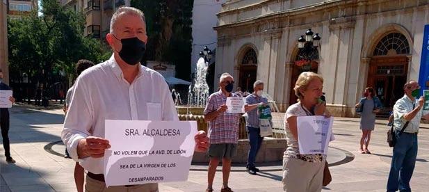 """Sales: """"Con pitos y pancartas expresan su oposición a una actuación que nadie ha pedido, a la espera de que alguien del gobierno municipal les escuche"""""""